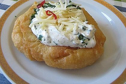 Ungarische Langos mit Knoblauchcreme und Käse 3