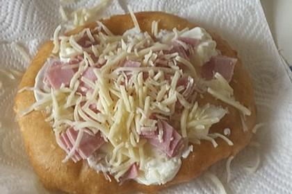 Ungarische Langos mit Knoblauchcreme und Käse 66