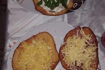 Ungarische Langos mit Knoblauchcreme und Käse 60