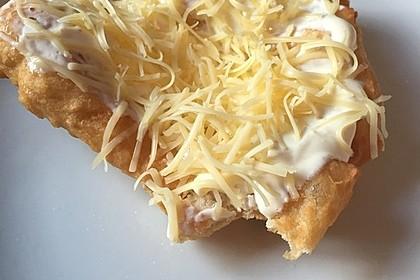 Ungarische Langos mit Knoblauchcreme und Käse 64