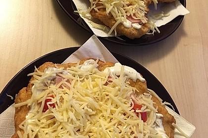 Ungarische Langos mit Knoblauchcreme und Käse 16