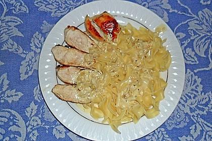 Gebratene Hähnchenbrust in Knoblauch - Sahne - Sauce auf Tagliatelle
