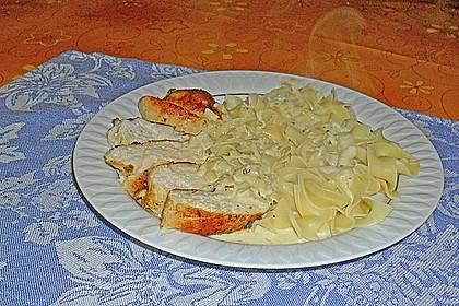 Gebratene Hähnchenbrust in Knoblauch - Sahne - Sauce auf Tagliatelle 1