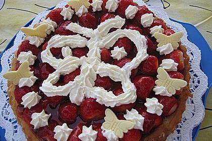 Biskuit mit Cremefüllung und Erdbeeren