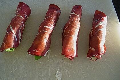 Parmaschinkenröllchen mit Frischkäse und Basilikum auf Röstbrotscheiben 6