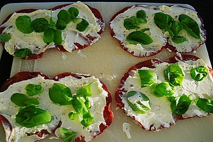 Parmaschinkenröllchen mit Frischkäse und Basilikum auf Röstbrotscheiben 5