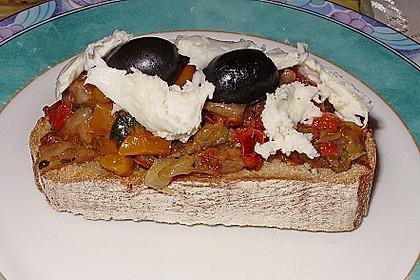 Bruschetta mit einem Aufstrich mit im Backofen gebratenem Gemüse