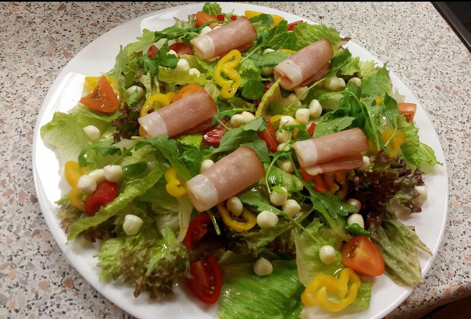 Rucola Salat Mit Mozzarella Pfirsichen Rohschinken Und