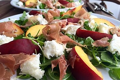 Rucola Salat mit Mozzarella, Pfirsichen, Rohschinken und Honigdressing 1
