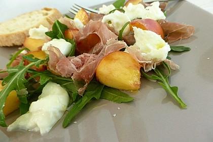 Rucola Salat mit Mozzarella, Pfirsichen, Rohschinken und Honigdressing 3
