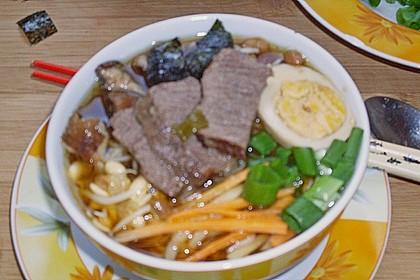 Japanische Nudelsuppe mit Hühnerbrühe und Lende (Ramen) 61
