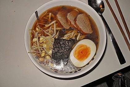 Japanische Nudelsuppe mit Hühnerbrühe und Lende (Ramen) 36