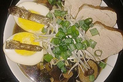 Japanische Nudelsuppe mit Hühnerbrühe und Lende - Ramen (Bild)
