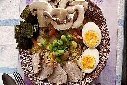 Japanische Nudelsuppe mit Hühnerbrühe und Lende (Ramen) 28