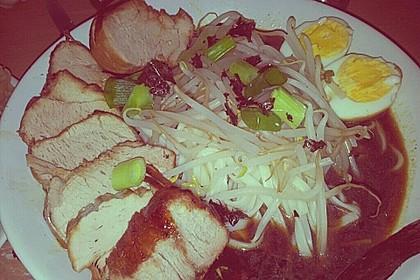 Japanische Nudelsuppe mit Hühnerbrühe und Lende (Ramen) 60