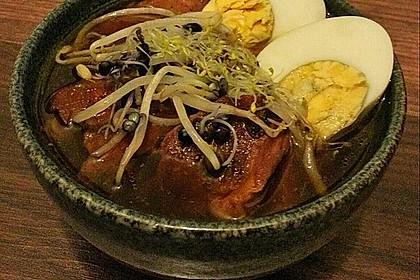 Japanische Nudelsuppe mit Hühnerbrühe und Lende (Ramen) 57