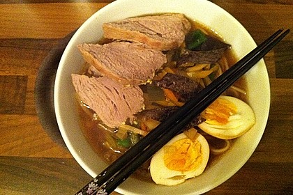 Japanische Nudelsuppe mit Hühnerbrühe und Lende (Ramen) 37