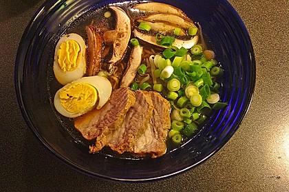 Japanische Nudelsuppe mit Hühnerbrühe und Lende (Ramen) 29