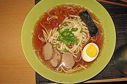 Japanische Nudelsuppe mit Hühnerbrühe und Lende (Ramen) 21