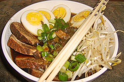 Japanische Nudelsuppe mit Hühnerbrühe und Lende (Ramen) 7