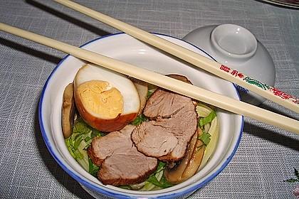 Japanische Nudelsuppe mit Hühnerbrühe und Lende (Ramen) 30