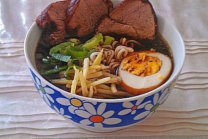 Japanische Nudelsuppe mit Hühnerbrühe und Lende (Ramen) 25