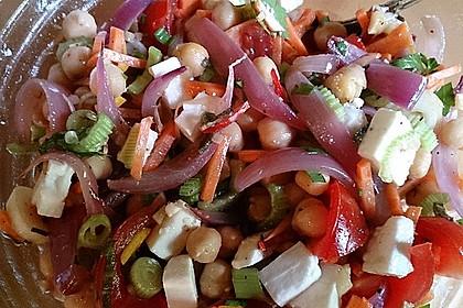 Kichererbsensalat mit roten Zwiebeln und Feta 1