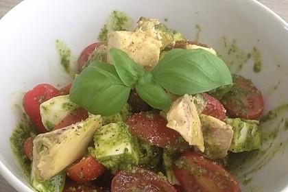 Avocado - Tomaten Salat mit Pesto und Mozzarella 3