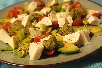 Avocado - Tomaten Salat mit Pesto und Mozzarella 1
