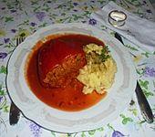 Mit Hackfleisch gefüllte Paprikaschoten in Tomatensoße (Bild)