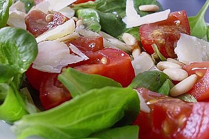 Feldsalat mit gebratenen Pinienkernen und Parmesan