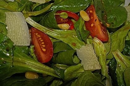 Feldsalat mit gebratenen Pinienkernen und Parmesan 1