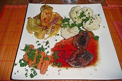Roros delikate Antilopensteaks mit fruchtiger Granatapfelsauce, Pommes Williams und Mischgemüse 2