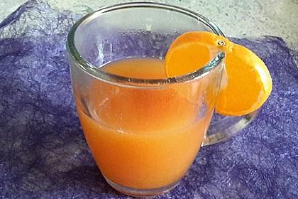 Punsch mit Mango-, Orangen-, Zitronen- und Johannisbeersaft
