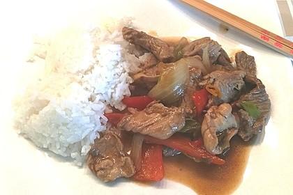 Chinesisches Rindfleisch mit Zwiebeln und Paprika 16