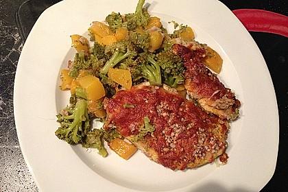 Überbackene Hähnchenfilets mit Nusskruste an Brokkoli und Pfirsich 4