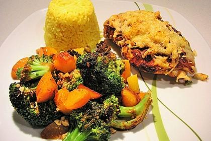 Überbackene Hähnchenfilets mit Nusskruste an Brokkoli und Pfirsich
