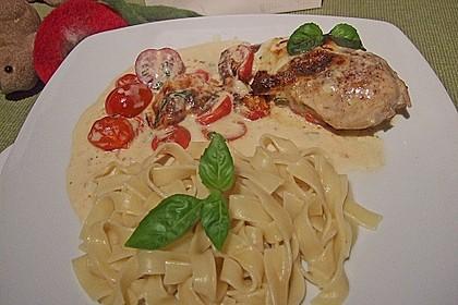 Mozzarella-Hähnchen in Basilikum-Sahnesauce (Bild)