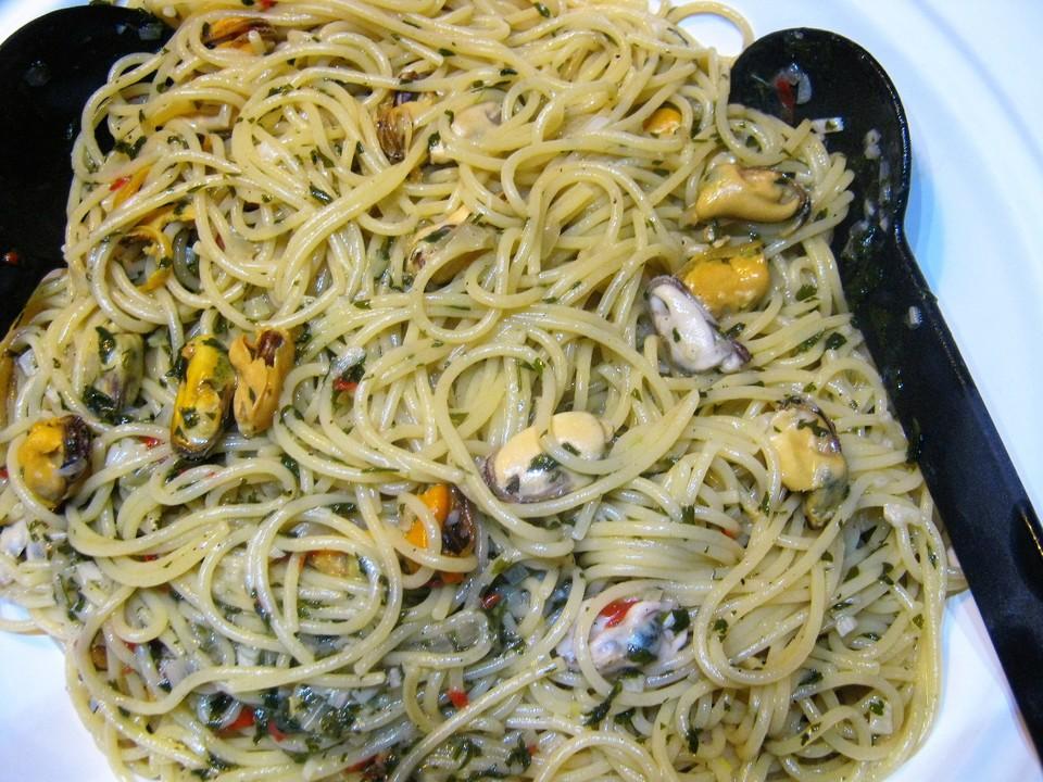 spaghetti mit muscheln auf venezianische art von milz