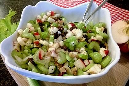 Salat vom Stangensellerie mit Nüssen und Äpfeln 1