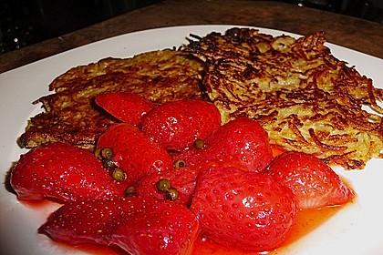 Apfel-Reibekuchen mit gepfefferten Erdbeeren