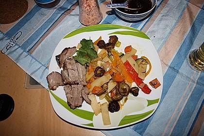 Lackierter Schweinenacken mit buntem Gemüse und Pflaumensauce 3