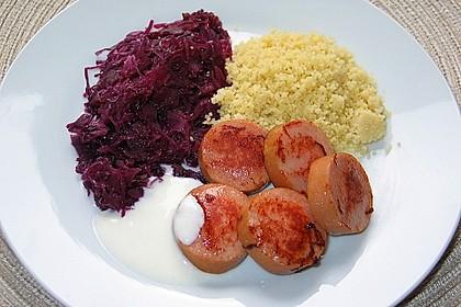 Gebratene Fleischwurst mit Rotkohl auf Couscous an Joghurtsauce