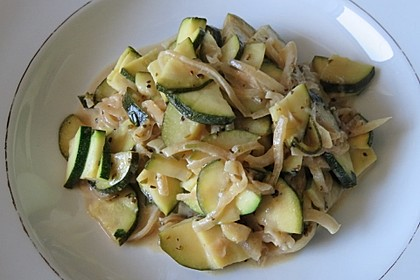 Lauwarmer Zucchini - Zwiebel Salat