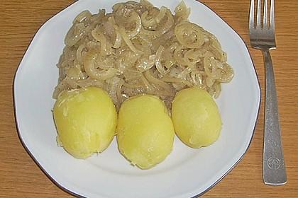 Pellkartoffeln mit Zwiebelringen