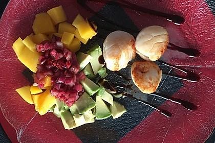 Jakobsmuscheln auf Avocado - Mango - Salat mit Zwiebelvinaigrette 22