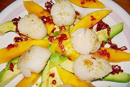 Jakobsmuscheln auf Avocado - Mango - Salat mit Zwiebelvinaigrette 16