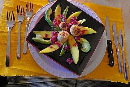 Jakobsmuscheln auf Avocado - Mango - Salat mit Zwiebelvinaigrette 8