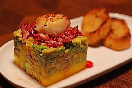 Jakobsmuscheln auf Avocado - Mango - Salat mit Zwiebelvinaigrette