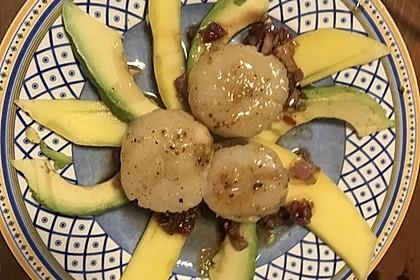 Jakobsmuscheln auf Avocado - Mango - Salat mit Zwiebelvinaigrette 23